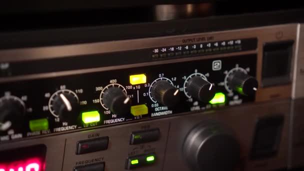 Ladění ovládacích prvků na zvukové zařízení. Kapesní shot