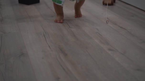 Bosý batole chlapec kráčí směrem k fotoaparátu. Zpomalený záběr