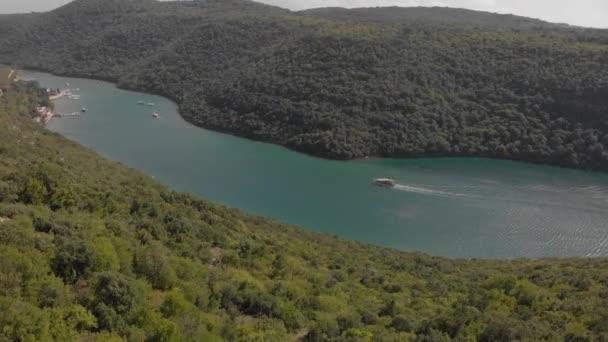 Letectvo Lim Bay. Motorový člun pluje mezi horskými břehy. Istra, Chorvatsko