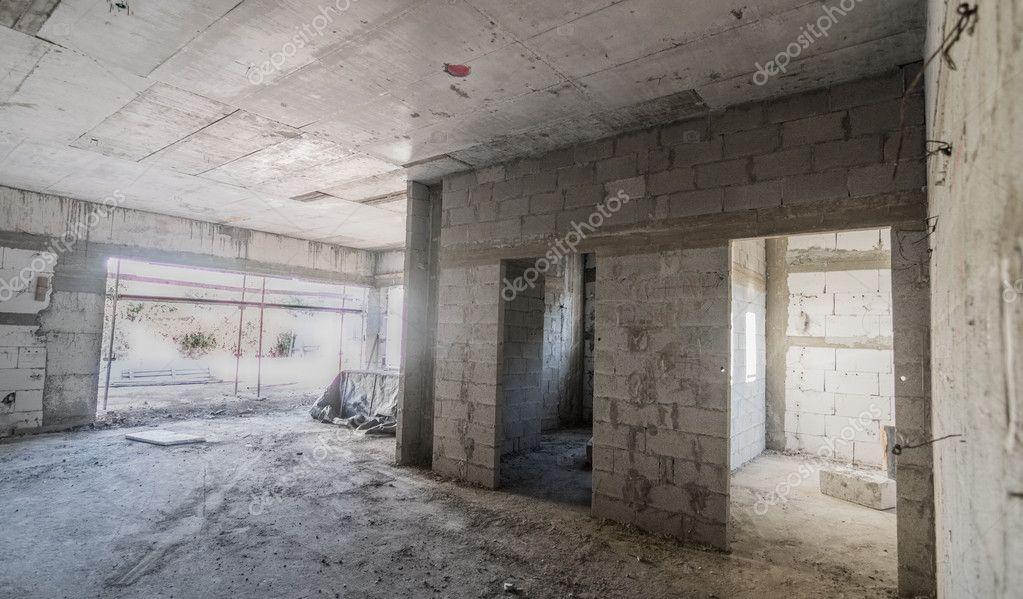 Dentro de una casa de ladrillo y hormig n en construcci n for Construccion casas hormigon