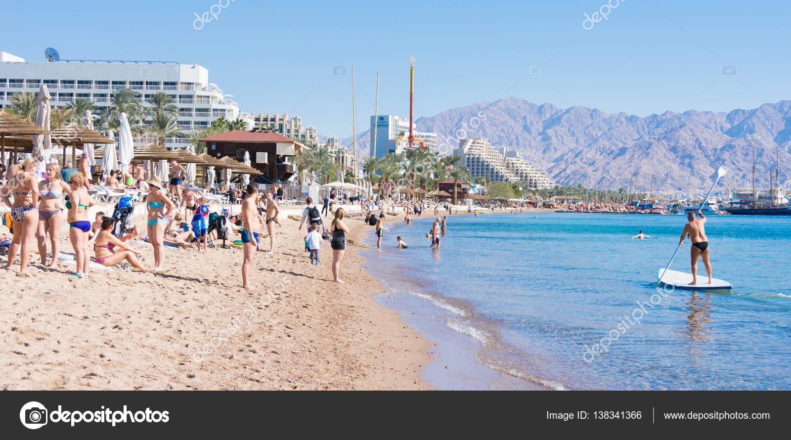 Menschen verbringen Weihnachten am Strand von Elat, Israel ...
