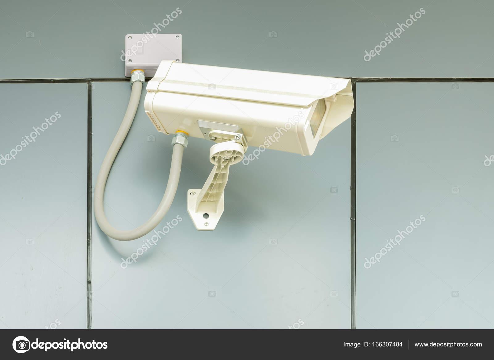 Überwachungskamera an haus wand, cctv schutz privaten eigentums
