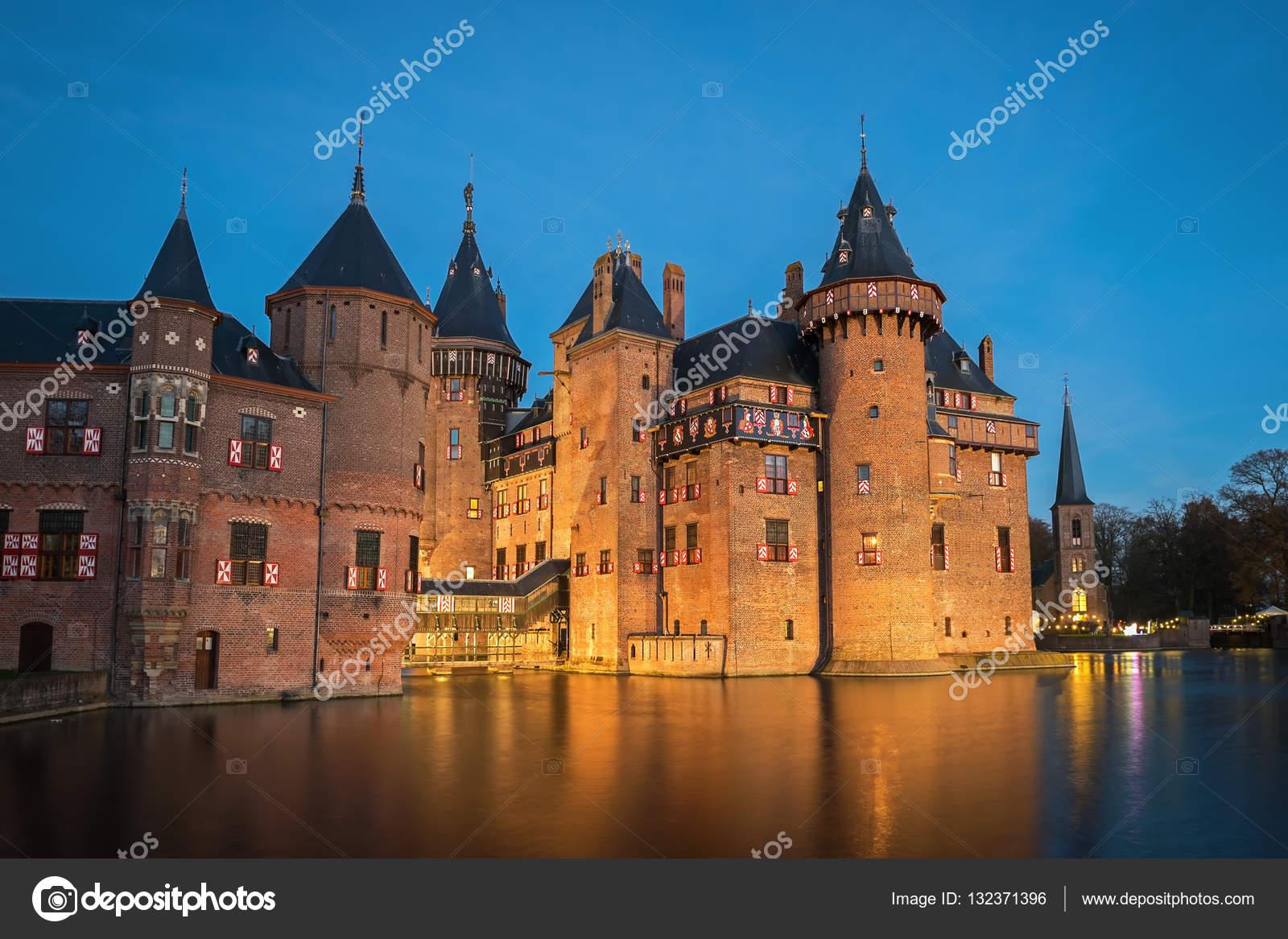 https://st3.depositphotos.com/3274035/13237/i/1600/depositphotos_132371396-stockafbeelding-uitzicht-op-het-middeleeuwse-kasteel.jpg