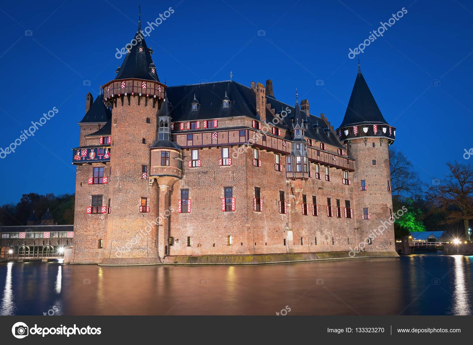 https://st3.depositphotos.com/3274035/13332/i/1600/depositphotos_133323270-stockafbeelding-uitzicht-op-het-middeleeuwse-kasteel.jpg