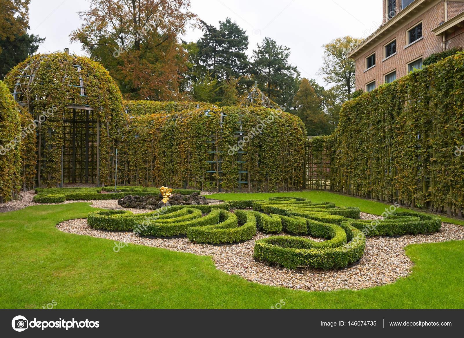 Garden corner with berceau at the Palace Het Loo, Netherlands ...