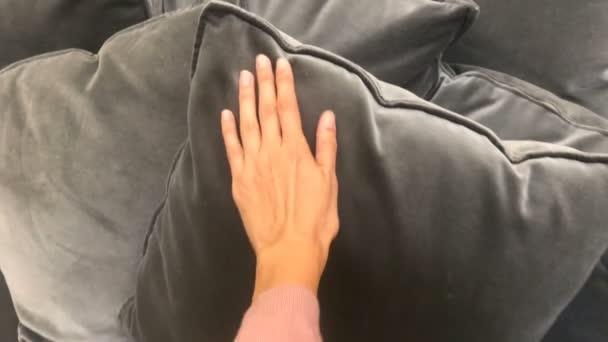 Mann tropes tastend Hand Velourkissen