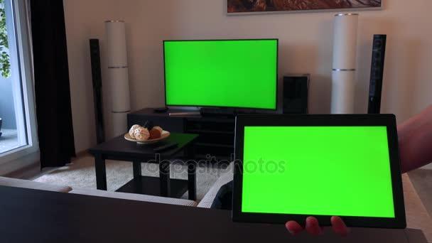 Ruka drží tablet s zeleným plátnem - detailní, Tv s uhlopříčkou zelené na pozadí