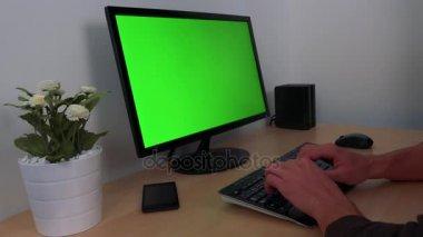 Gépelés-ra egy Pc-val egy zöld képernyő kezek