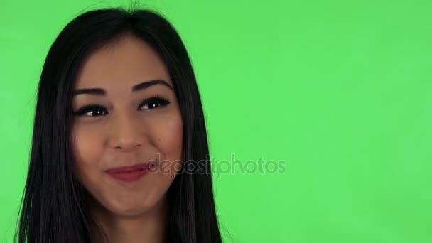 Asijské žena mluví do kamery