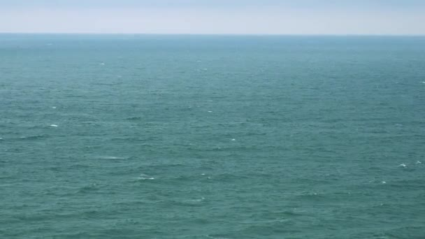 Bouřlivé moře povrch na zamračený den