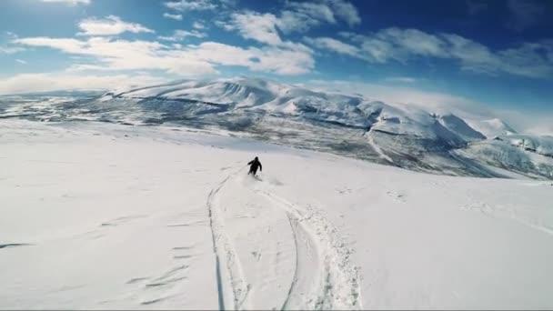 Muž lyžař lyžování dolů hory s přáteli