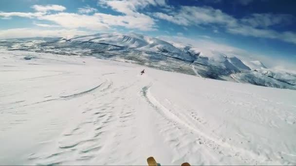 Muž lyžař lyžování dolů hory