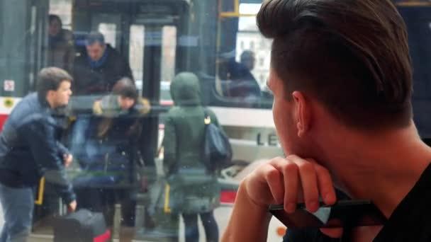 muž v kavárně a pohledy z okna