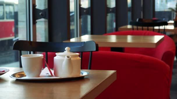 Dezert a čaj set na stůl v kavárně