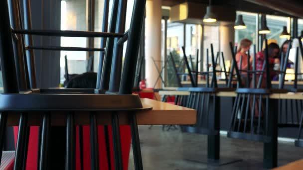 Detailní záběr na židli na stůl v kavárně