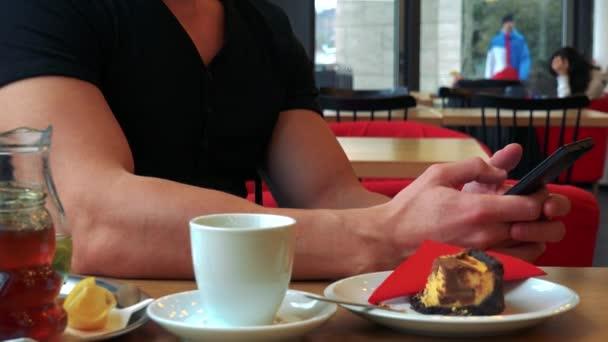 Egy ember, egy kávézó és egy okostelefon