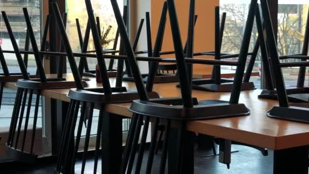 Židle na tabulkách v uzavřené café