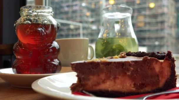 Pie, ledový čaj a med na stůl v kavárně