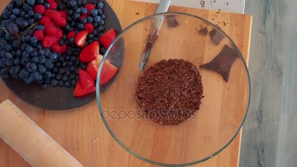 tál reszelt csokoládéval és egy tányér vegyes gyümölcsökkel