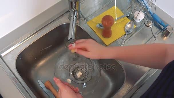 Žena dělá nádobí po upečení