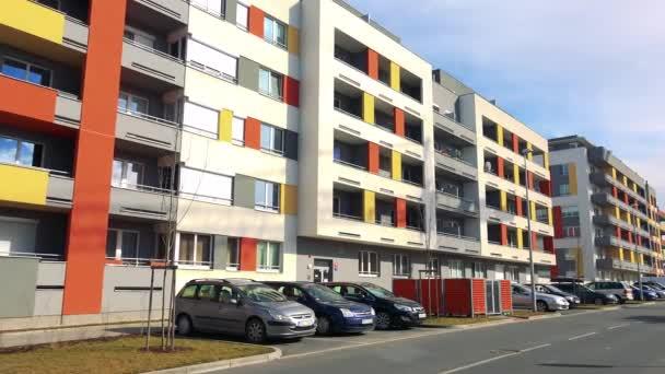 modern lakótelepen, a parkoló autók