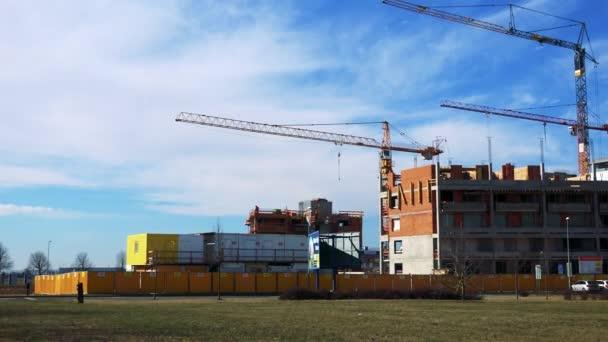 staveniště bloku bytů s jeřáby