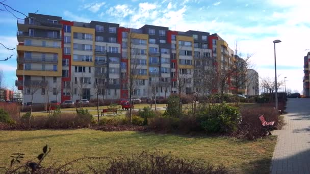 moderní sídliště s parkem.