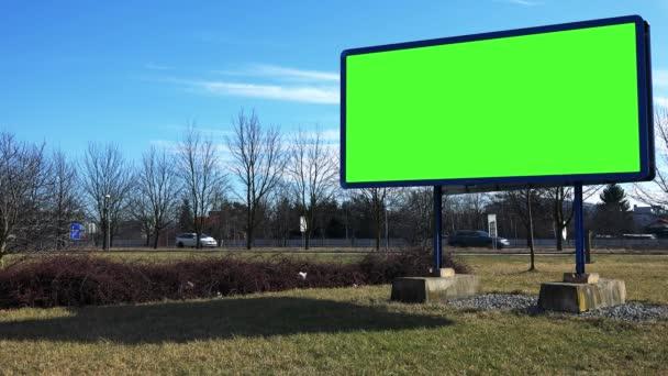 Billboard zöld képernyő az út mellett