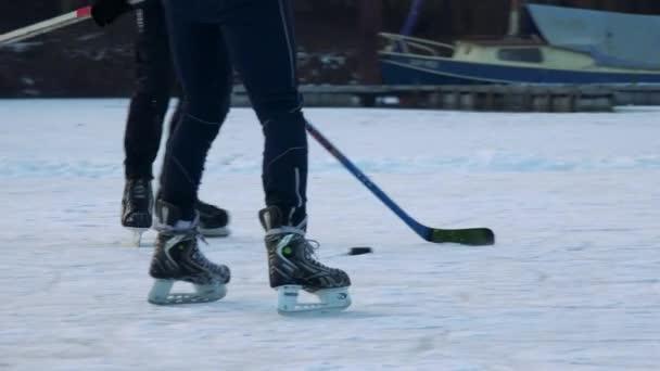 Lidé hrají hokej na zamrzlou řeku