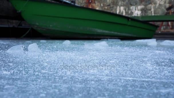 člun zaparkovaný v přístavišti na zamrzlou řeku