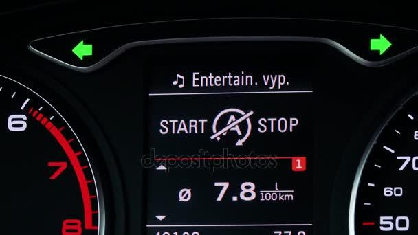 moderní digitální displej mezi rev pult a rychloměru auta