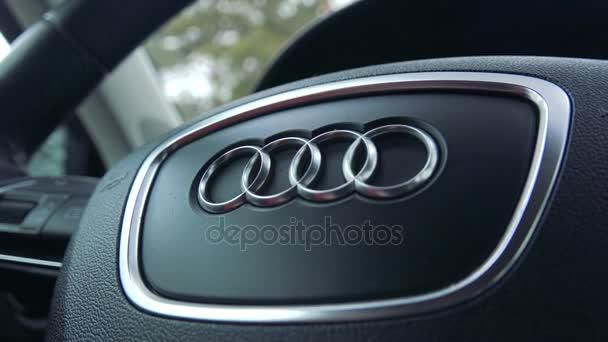 Detailní záběr na volant Audi symbolem