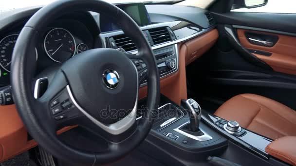 Moderní interiér, luxusní auta