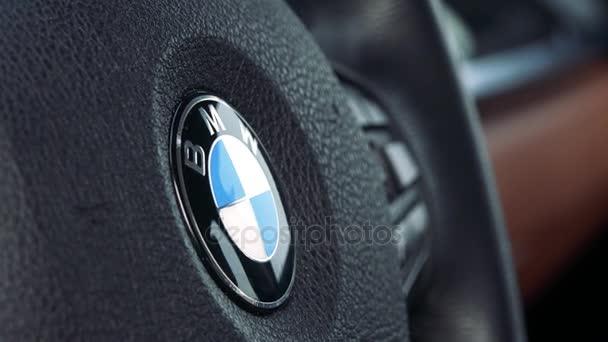 Detailní záběr na volantu se symbolem Bmw