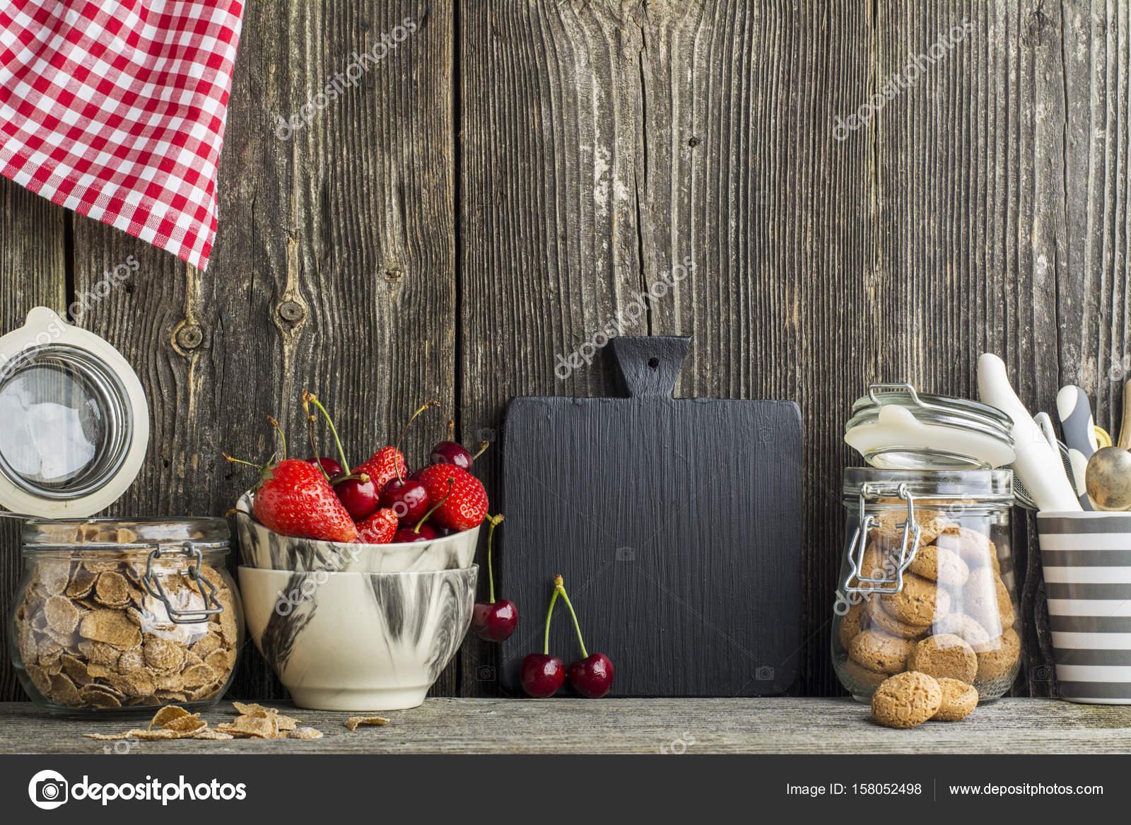 Eenvoudige keuken stilleven op een achtergrond van een houten muur