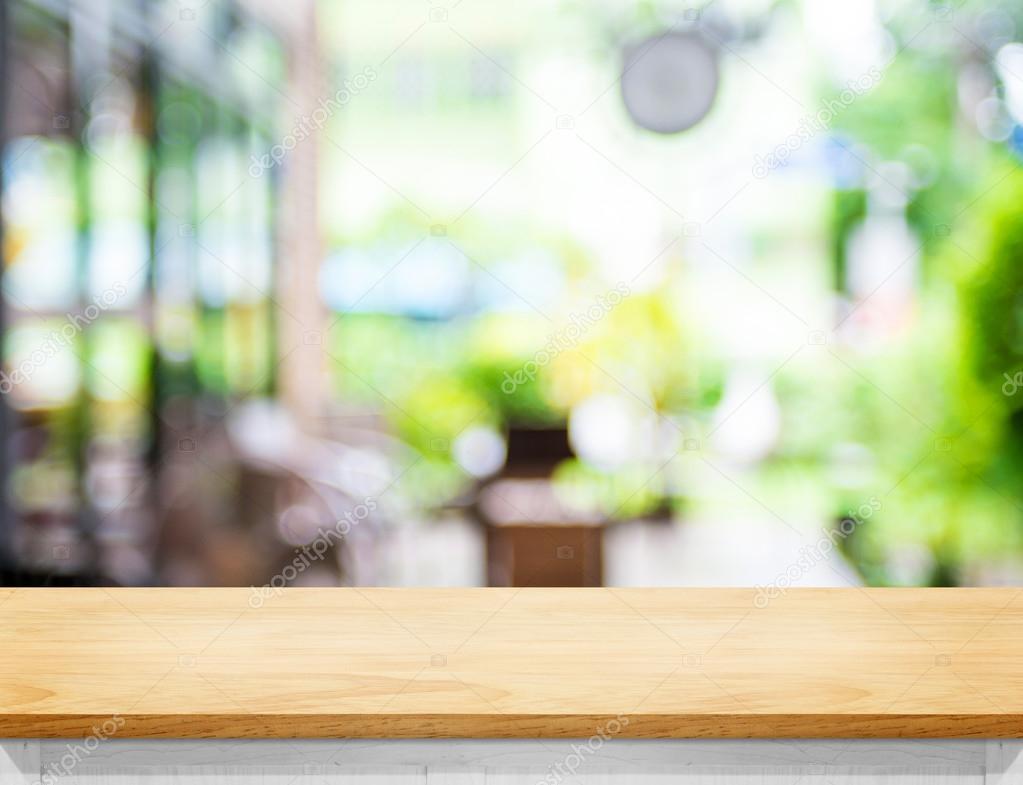 Table en bois couleur beige vide et floue café jardin lumière backg ...