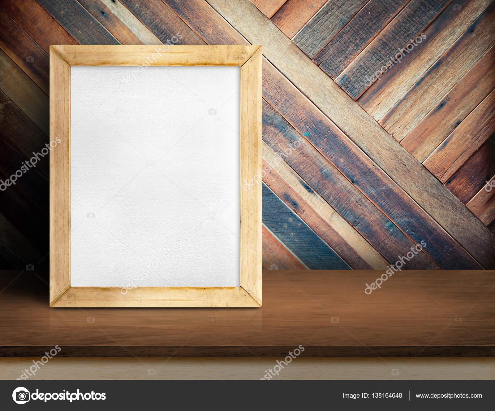 weiße Tafel auf einfache hölzerne Tischplatte an diagonalen ...
