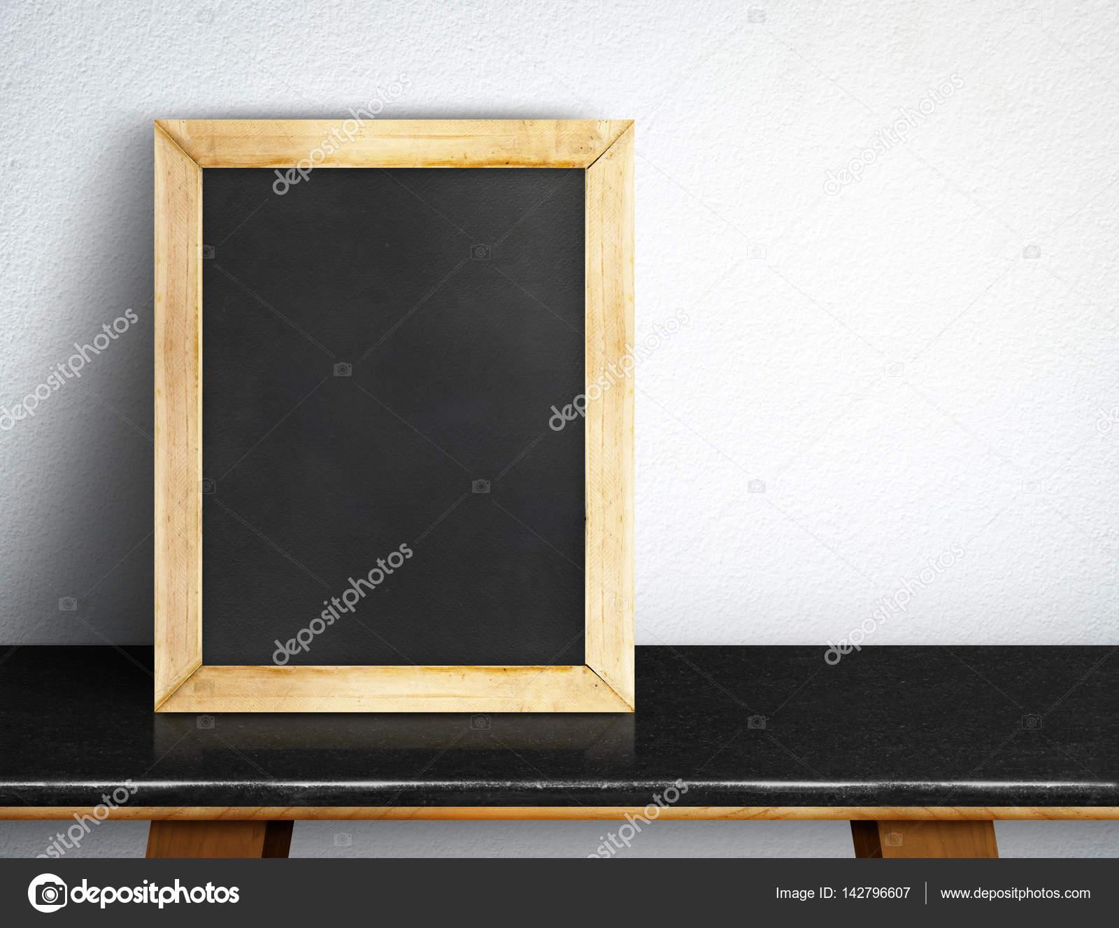 Leere Tafel auf schwarzen Marmortisch an weißen Fliesen Wand, Templa ...
