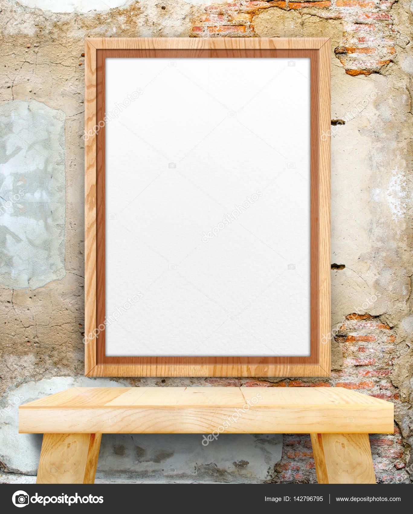 Marco de madera en blanco de la foto colgada en el crack de grunge ...