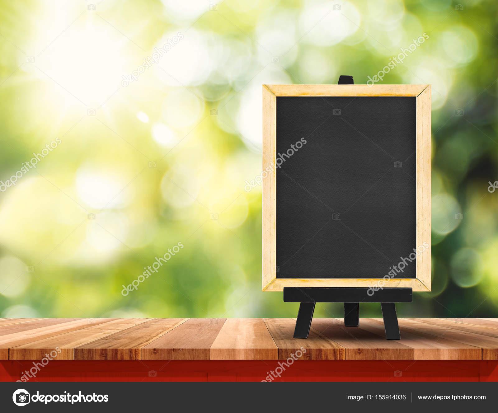 Leere braune Holz Tischplatte mit Sonne und Unschärfe grüner Baum ...