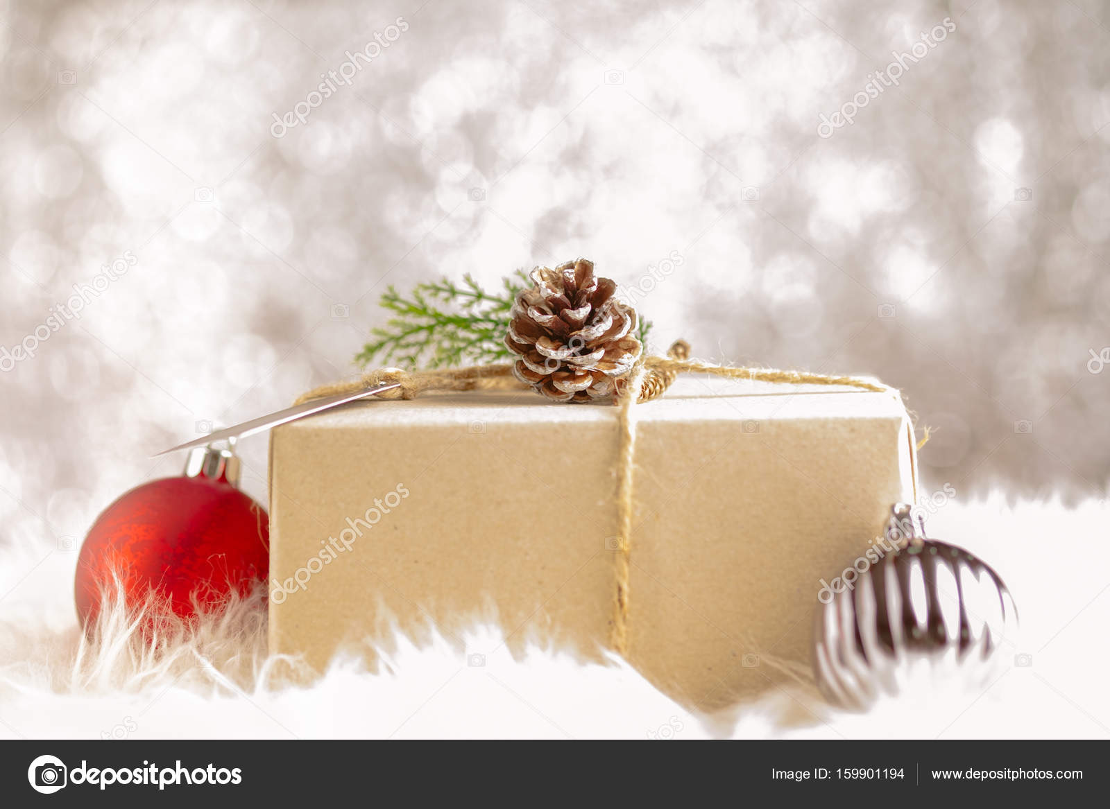 b08c2c87526b Artisanat en papier brun déformé sur boîte présent décore avec cône de pin  et boule de Noël de feuille verte au mousseux bokeh backgrond, cadeau  donnant ...