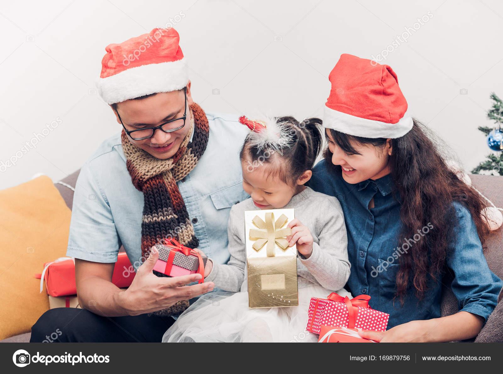 Glückliche Familie Asien Familie tragen Weihnachtsmann Mütze ...