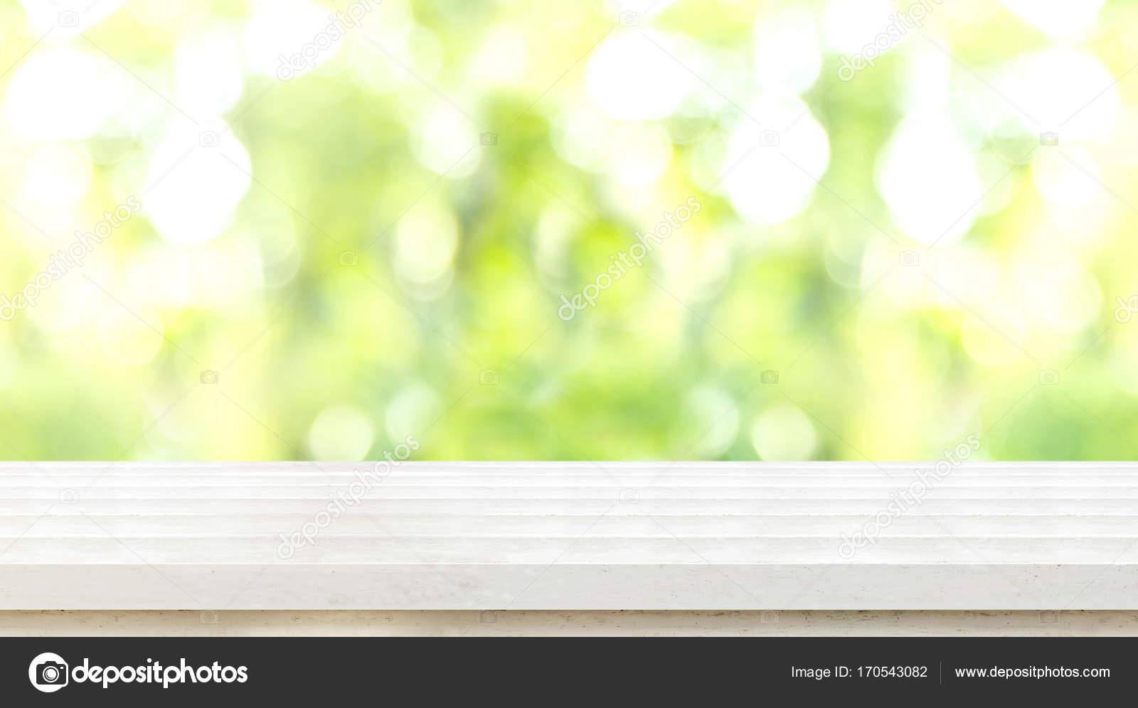 Leere weiße rustikale Holz Tischplatte mit Unschärfe Blau-grüner ...