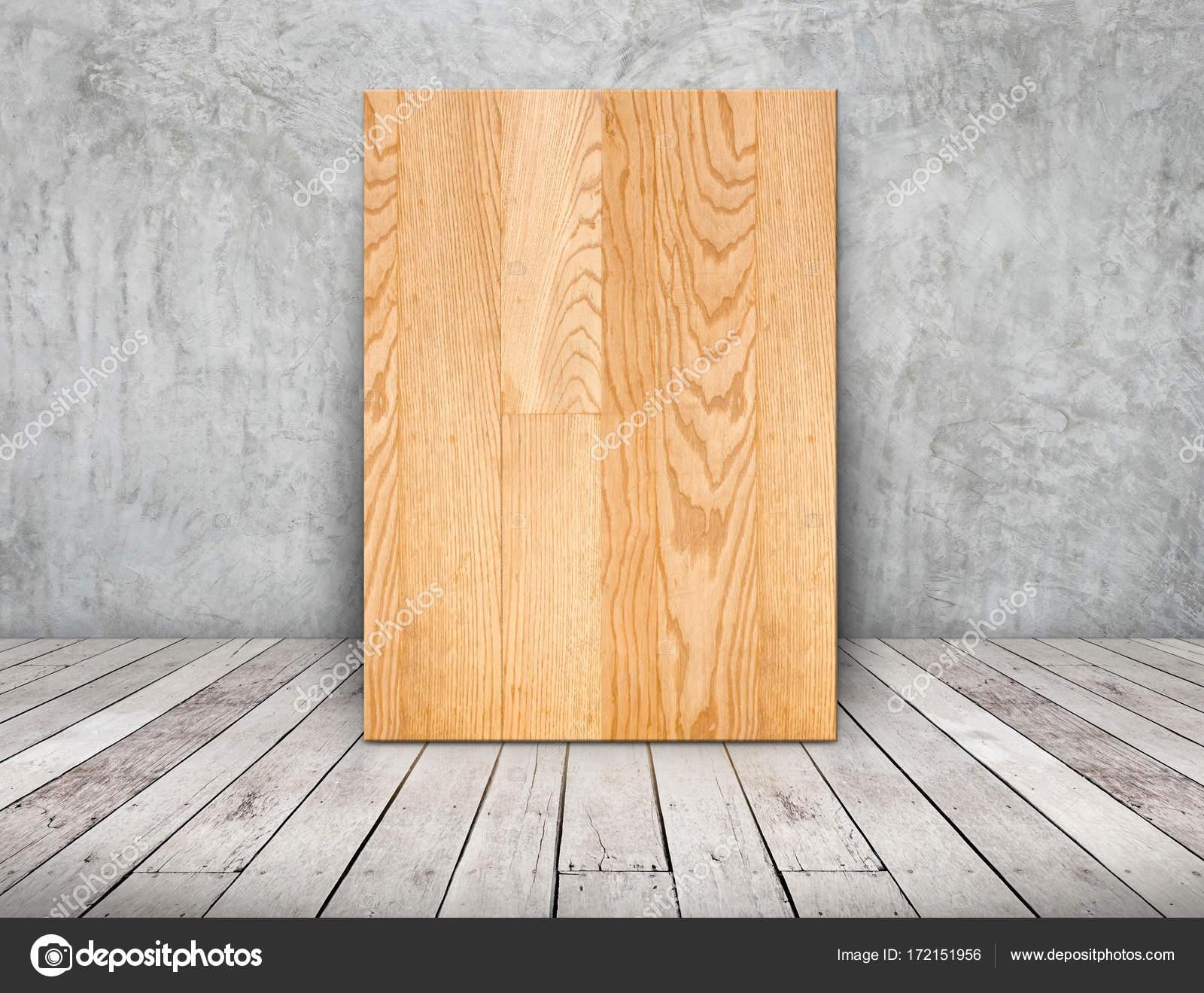 Leere einfache Holzrahmen stützte sich auf Betonwand auf Holzbrett ...