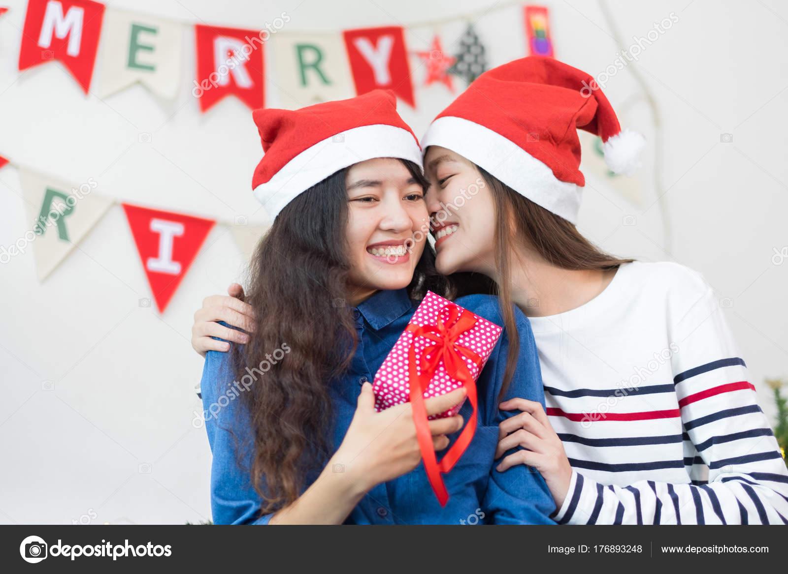 Asia geliebte Freundin Wange küssen und Weihnachten schenken zu ...