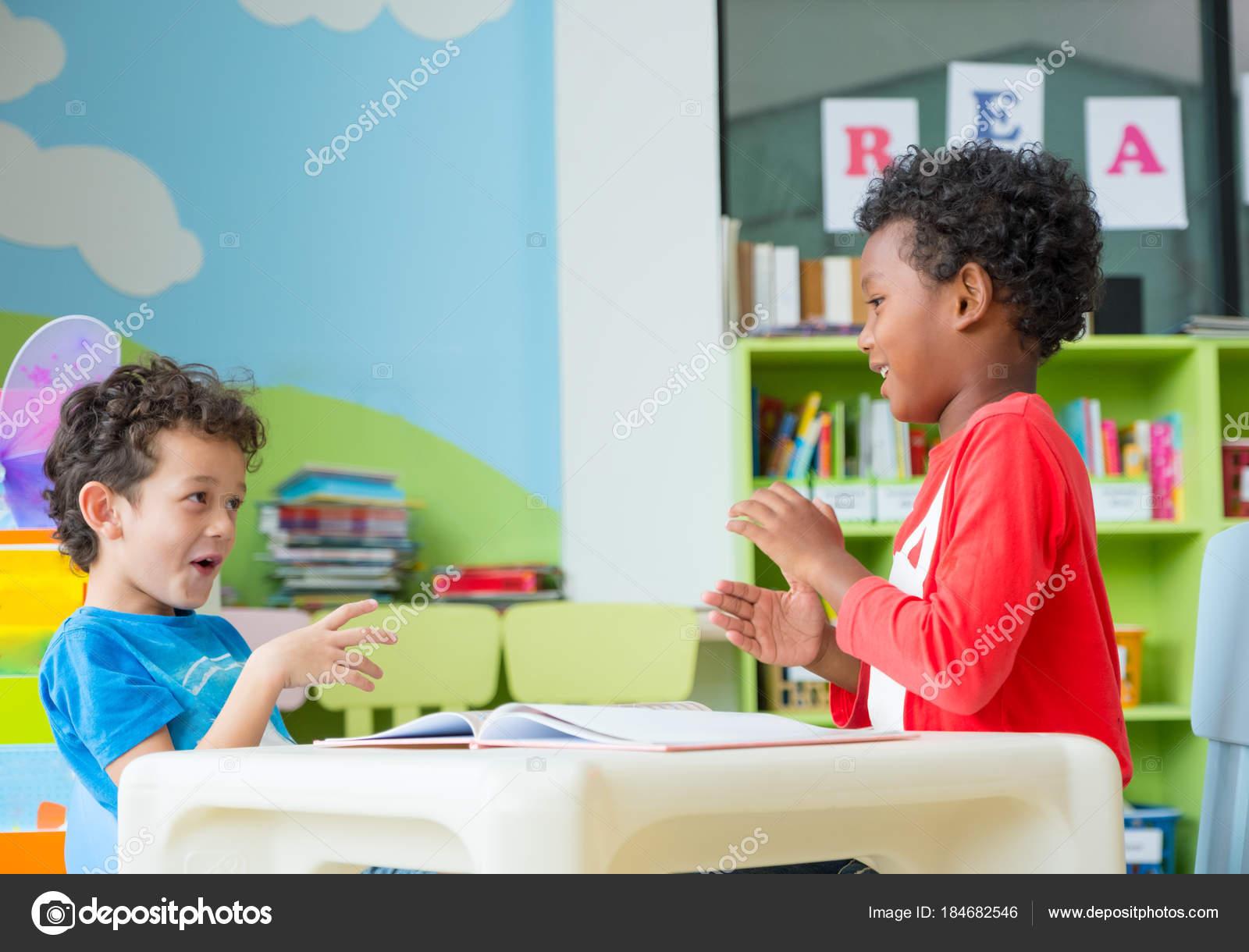 Dos Chico Kid Sit Mesa Colorante Libro Biblioteca Preescolar ...