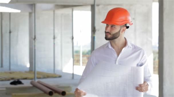 Architektontor se dívá na plán výstavby stavby