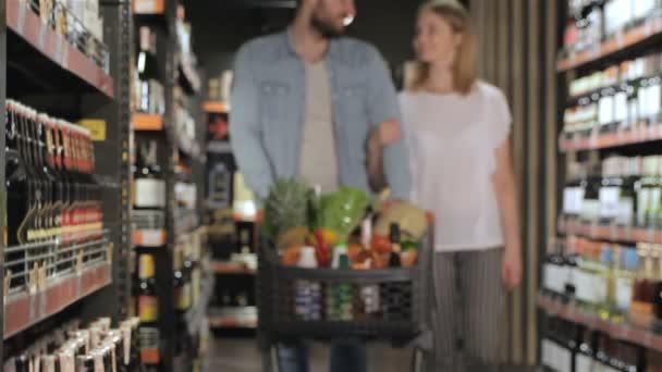 pár nakupování v supermarketu