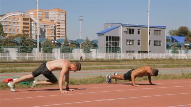 Zwei Athleten bereiten sich auf das Training vor