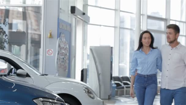 Couple chooses the car at the dealership